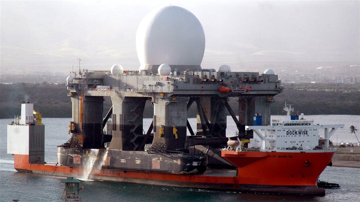 Une plateforme semi-submersible transportant un radar américain capable de détecter les missiles balistiques rentre à Pearl Harbor en 2006 pour une opération d'entretien de routine.