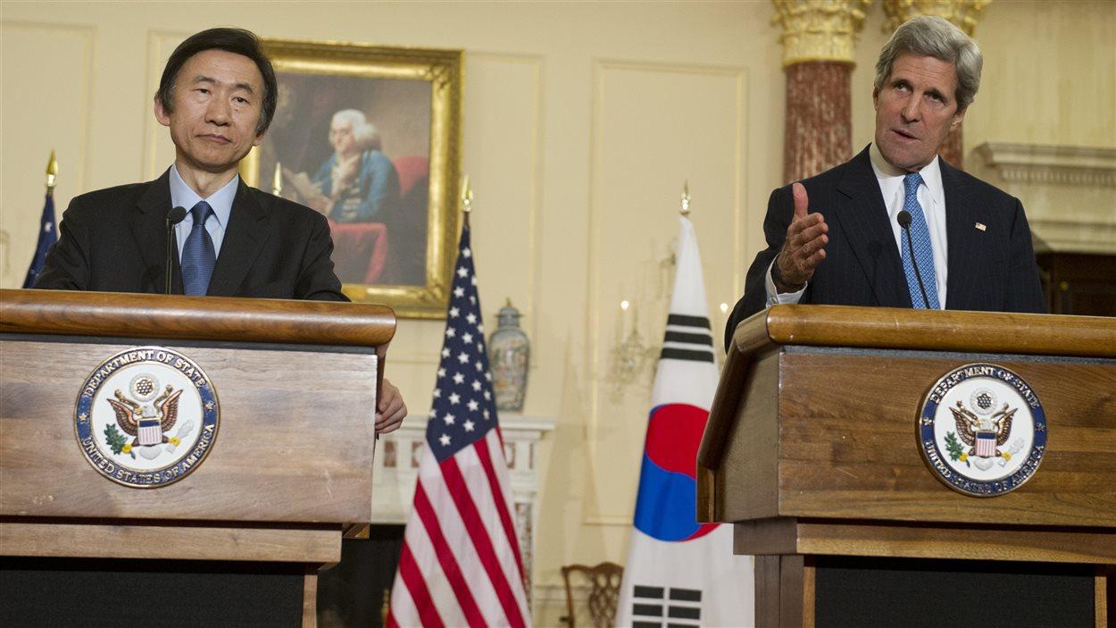 Le secrétaire d'État américain John Kerry, au côté de son homologue sud-coréen Yun Byung-se .