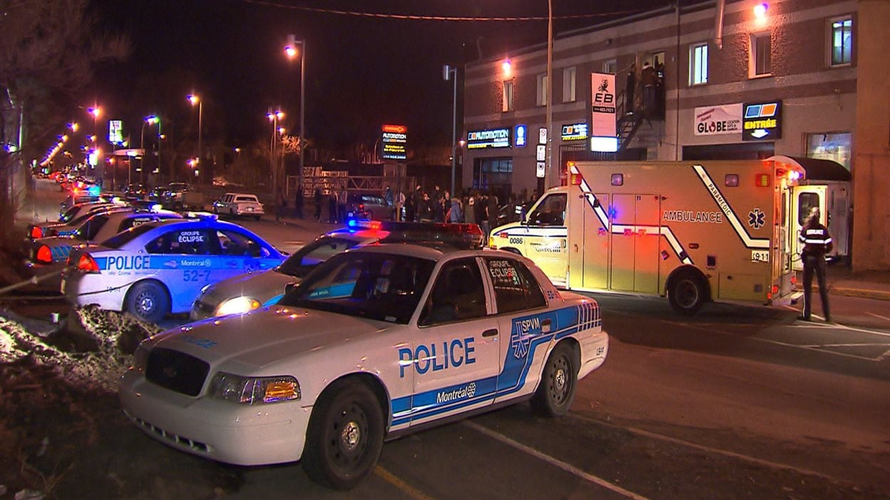 La police enquête sur une agression au couteau dans l'arrondissement Côte-des-Neiges-Notre-Dame-de-Grâce, à Montréal, le 3 avril 2013.