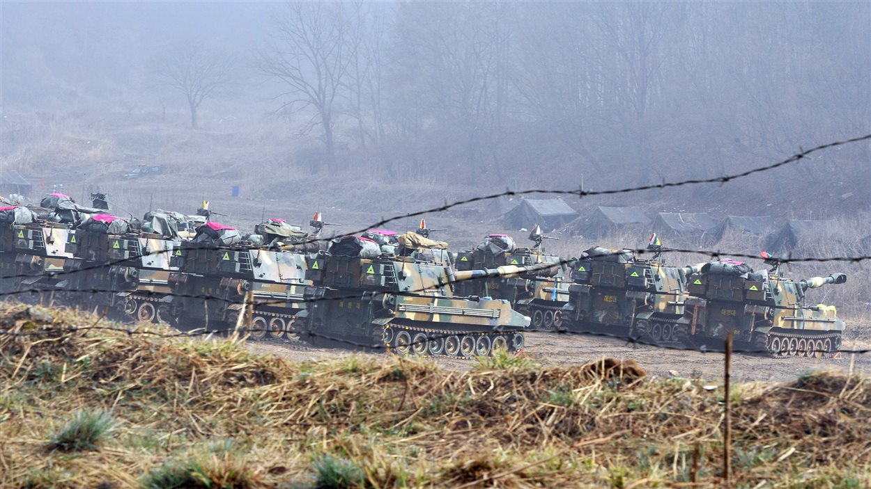 Des chars d'assaut sud-coréens sont déployés sur un terrain d'entraînement militaire visible depuis la ville frontalière de Paju.