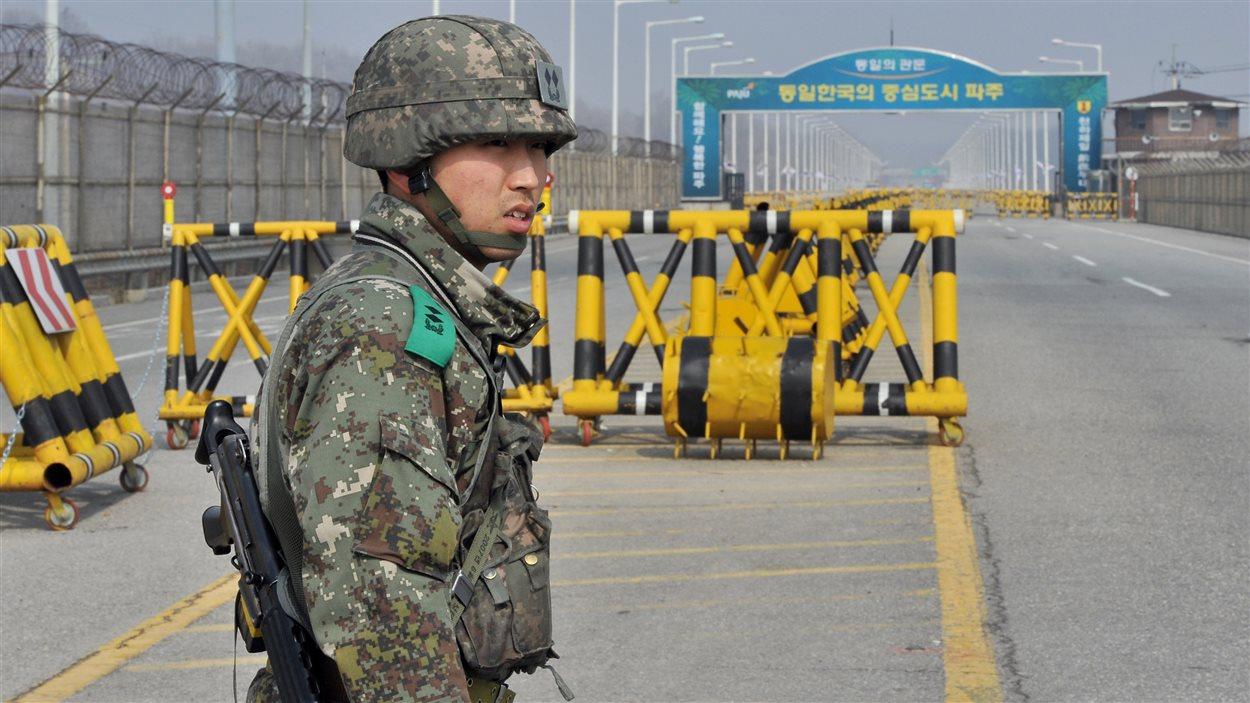 Un soldat sud-coréen devant une route qui mène à la zone démilitarisée entre les deux Corées, le 3 avril 2013