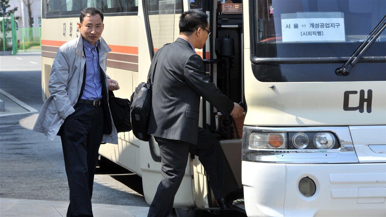 Des travailleurs sud-coréens reprennent la navette pour Séoul au terminus de transport en commun après s'être vu refuser l'accès au complexe conjoint de Kaesong, en Corée du Nord.