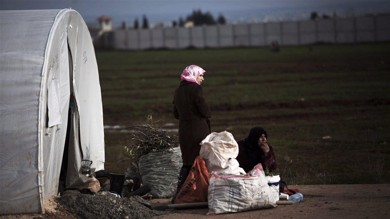 Des syriennes déplacées vivent dans le camp Azaz, au nord de la province d'Alep province.
