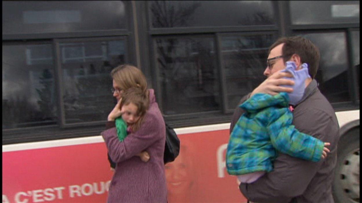 Des parents ramènent leurs enfants à la maison après la fusillade.