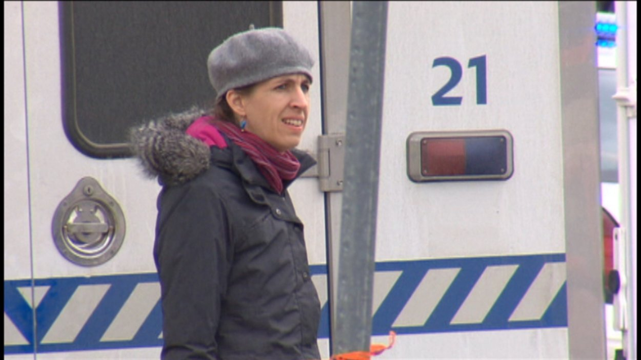 Une mère attend des nouvelles des policiers.
