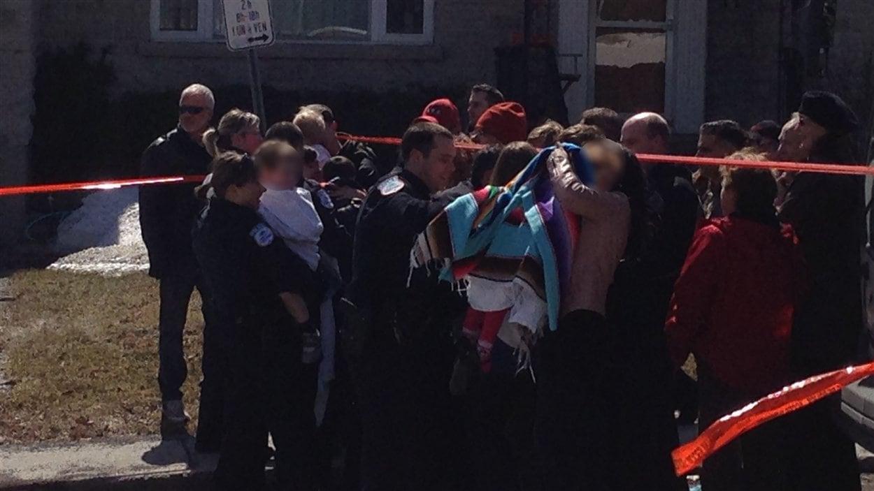 Des parents inquiets sont venus chercher leurs enfants sur les lieux du drame.