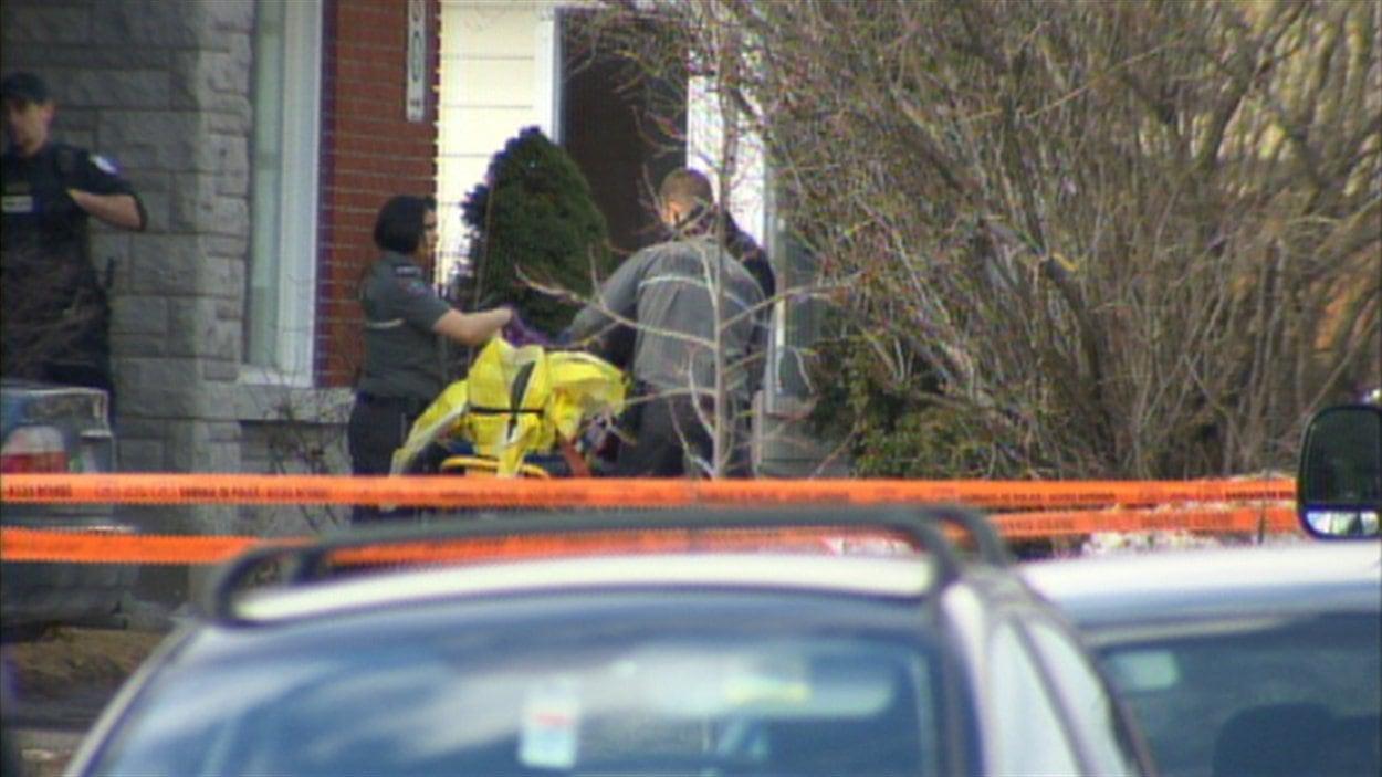 Un corps aurait été retrouvé dans une des résidences du secteur.
