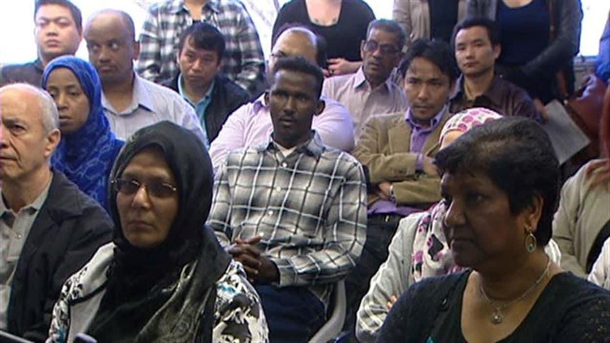 Des immigrants témoignent des défis et des opportunités que représente l'immigration lors d'une assemblée communautaire fransaskoise à Saskatoon, en mars 2013.