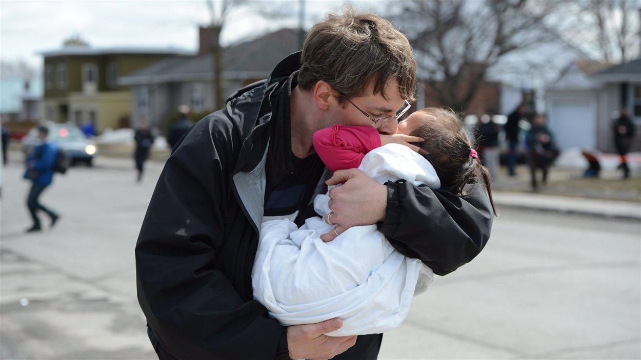 Un père embrasse sa fille après la fusillade survenue dans une garderie à Gatineau.