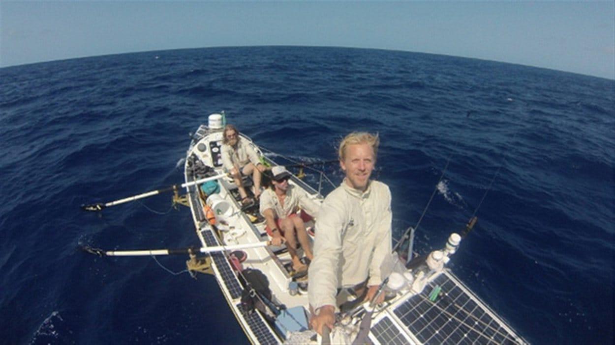 L'équipe de rameurs dans l'Océan Atlantique