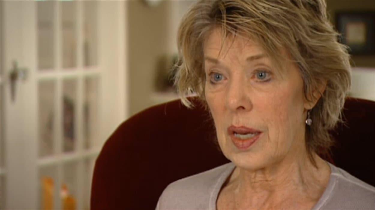 Susan Griffiths accorde une entrevue à la caméra de Radio-Canada dans sa résidence de Winnipeg, juste avant son départ pour la Suisse, le 5 avril 2013.
