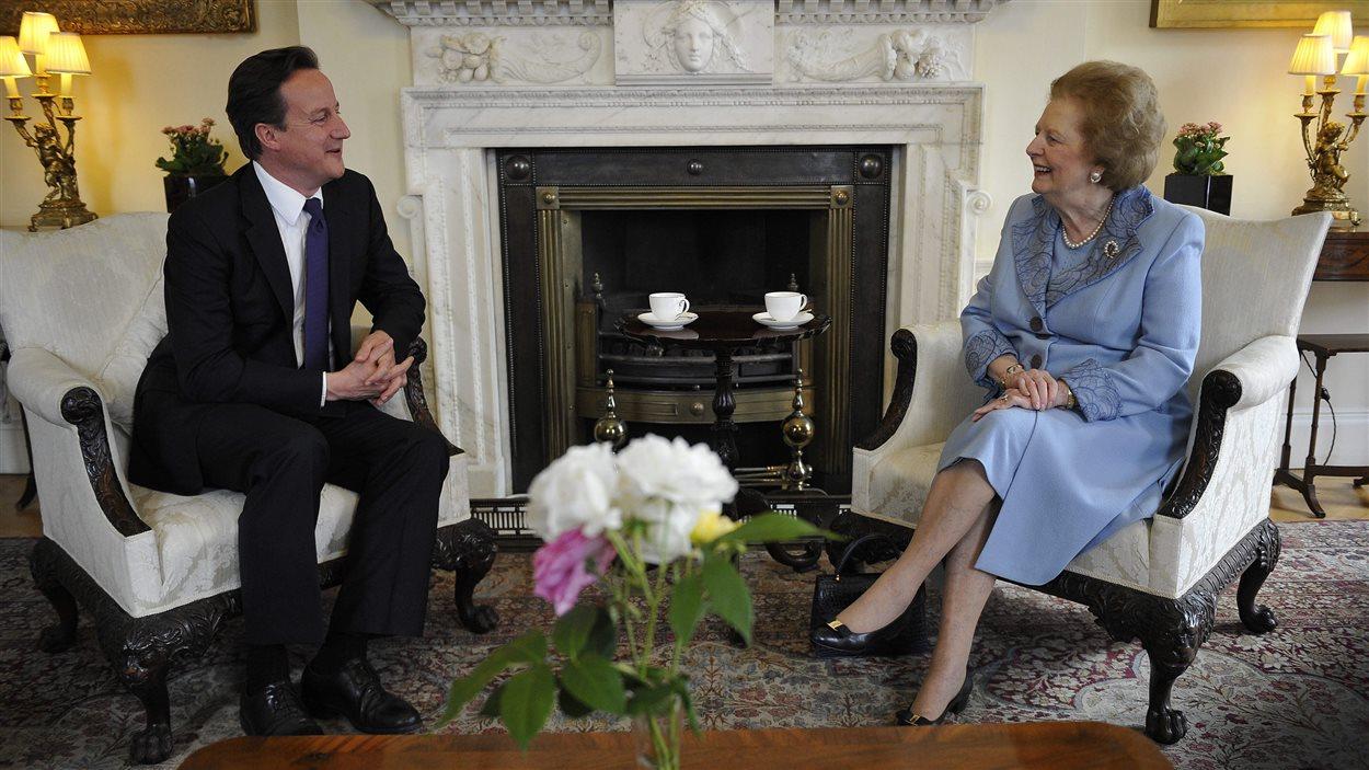 Le premier ministre britannique David Cameron et Margaret Thatcher en juin 2010 au 10 Downing Street.