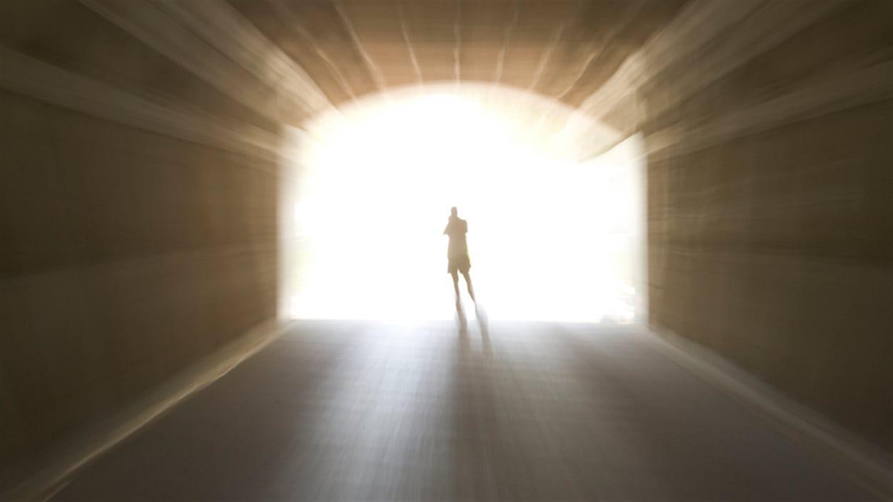 Un homme dans la lumière