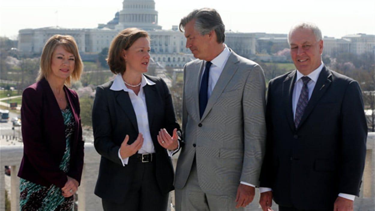 La première ministre de l'Alberta, Alison Redford, a rencontré l'ambassadeur du Canada, Gary Doer, (deuxième à partir de la droite) à Washington mardi. Elle était accompagnée de la ministre albertaine de l'Environnement, Diana McQueen, et du ministre albertain des Relations internationales et intergouvernementales, Cal Dallas.