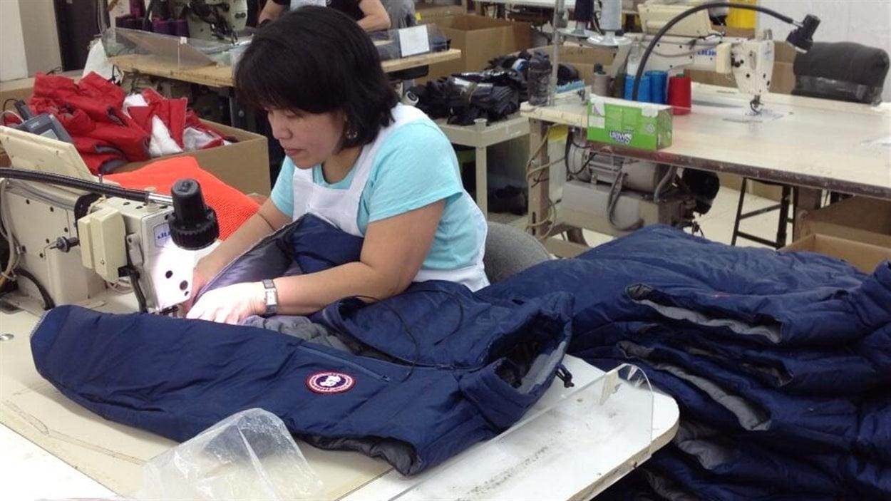 Une opératrice de machine à coudre s'affaire à la confection d'un manteau de la marque Canada Goose, dans l'usine de l'entreprise à Winnipeg, le 9 avril 2013.