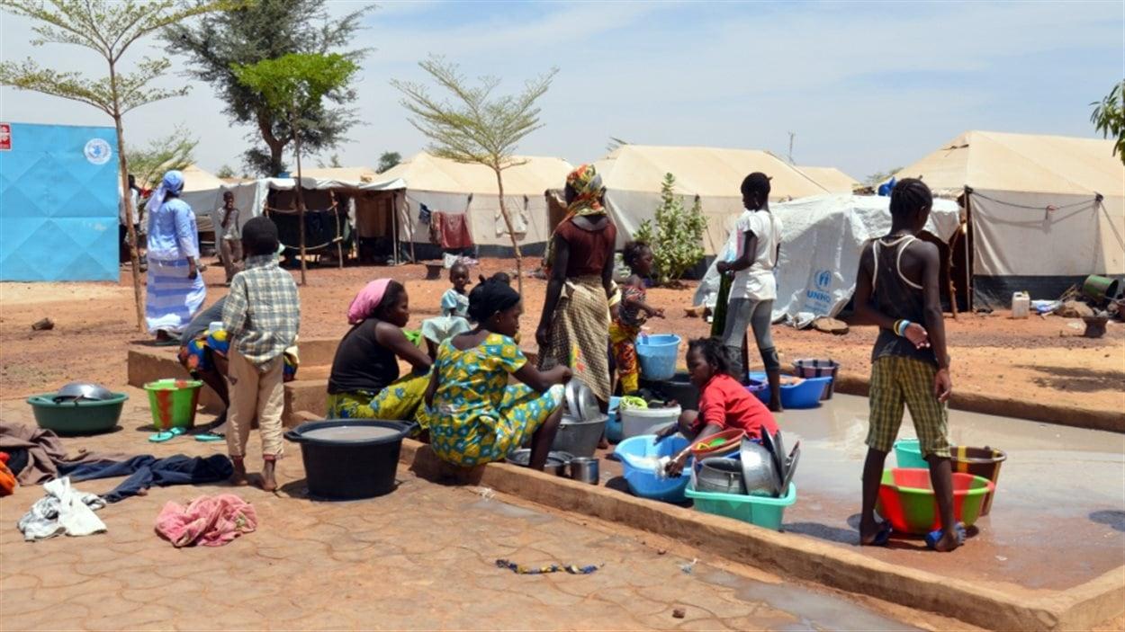Des personnes déplacées par la guerre au Mali dans un camp de Sévaré