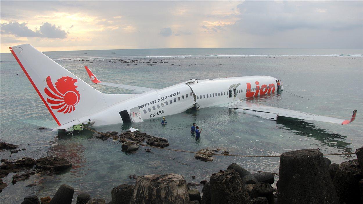 L'avion a fini sa course dans la mer, près de l'aéroport international de Bali, à Denpasar.
