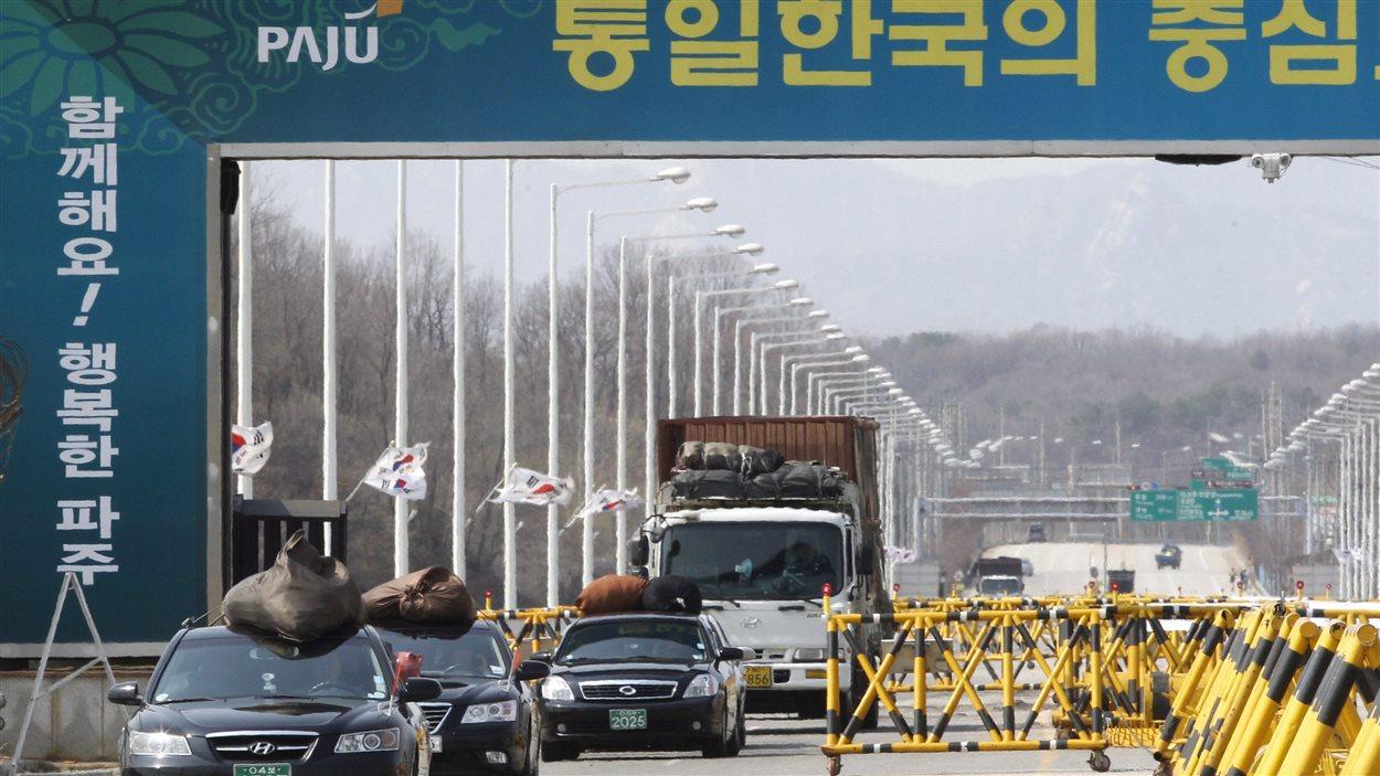 Des voitures sud-coréennes traversent le pont de l'Unification, près de Paju, en provenance du complexe industriel Kaesong.