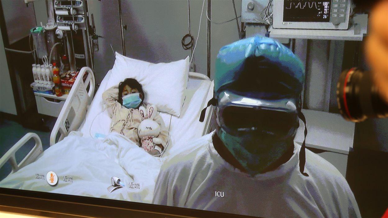 Unique cas déclaré dans la capitale à ce jour, la fillette atteinte du virus de la grippe aviaire à Pékin est soignée à l'hôpital Ditan, le 13 avril 2013
