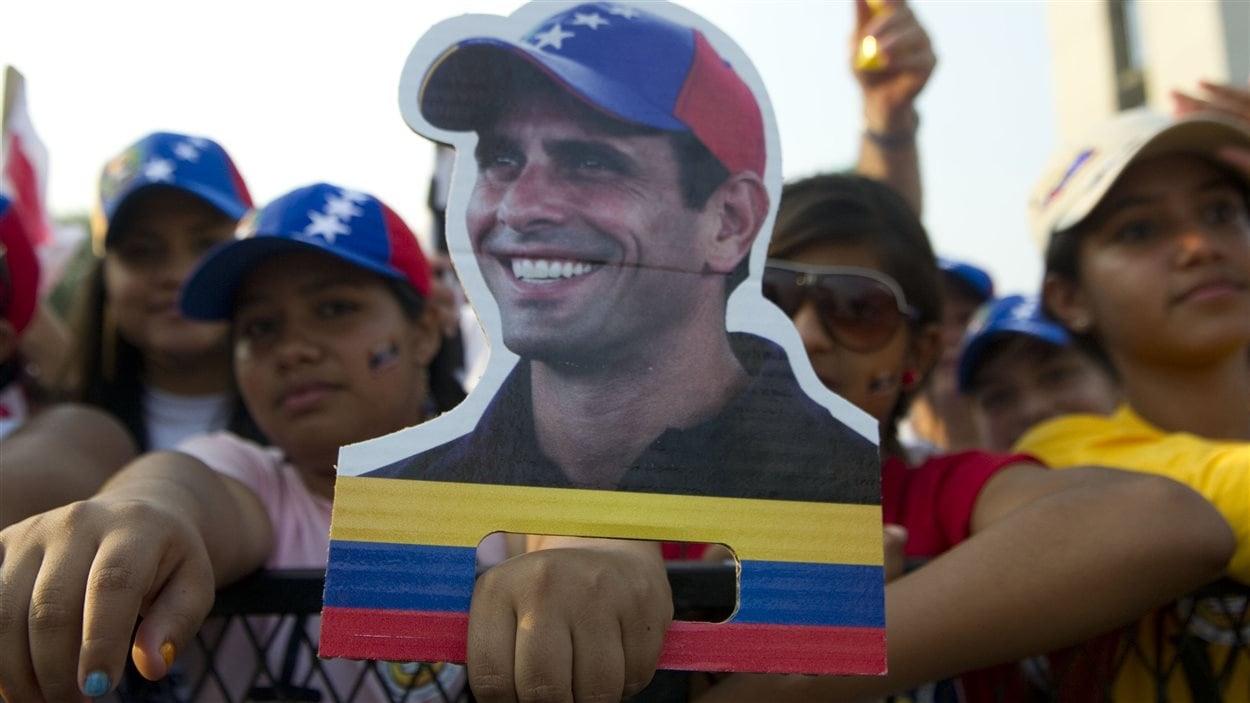 Des partisans du candidat de l'opposition, Henrique Capriles, tiennent une affiche à son effigie à Barquisimeto, le 11 avril 2013