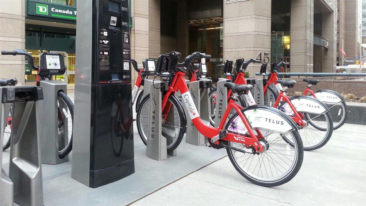 Les vélos en libre-service sont notamment apparus au coin des rues O'Connor et Queen au centre-ville d'Ottawa.