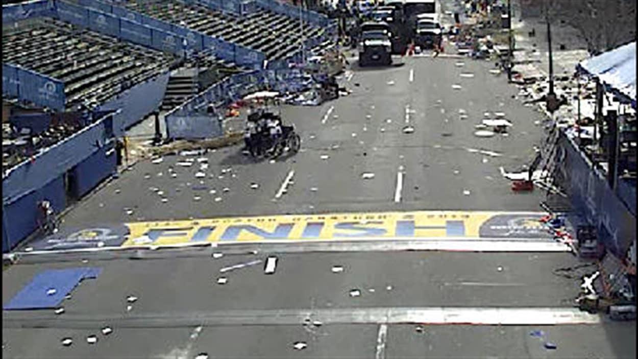 La ligne d'arrivée du Marathon de Boston n'est plus que désolation.