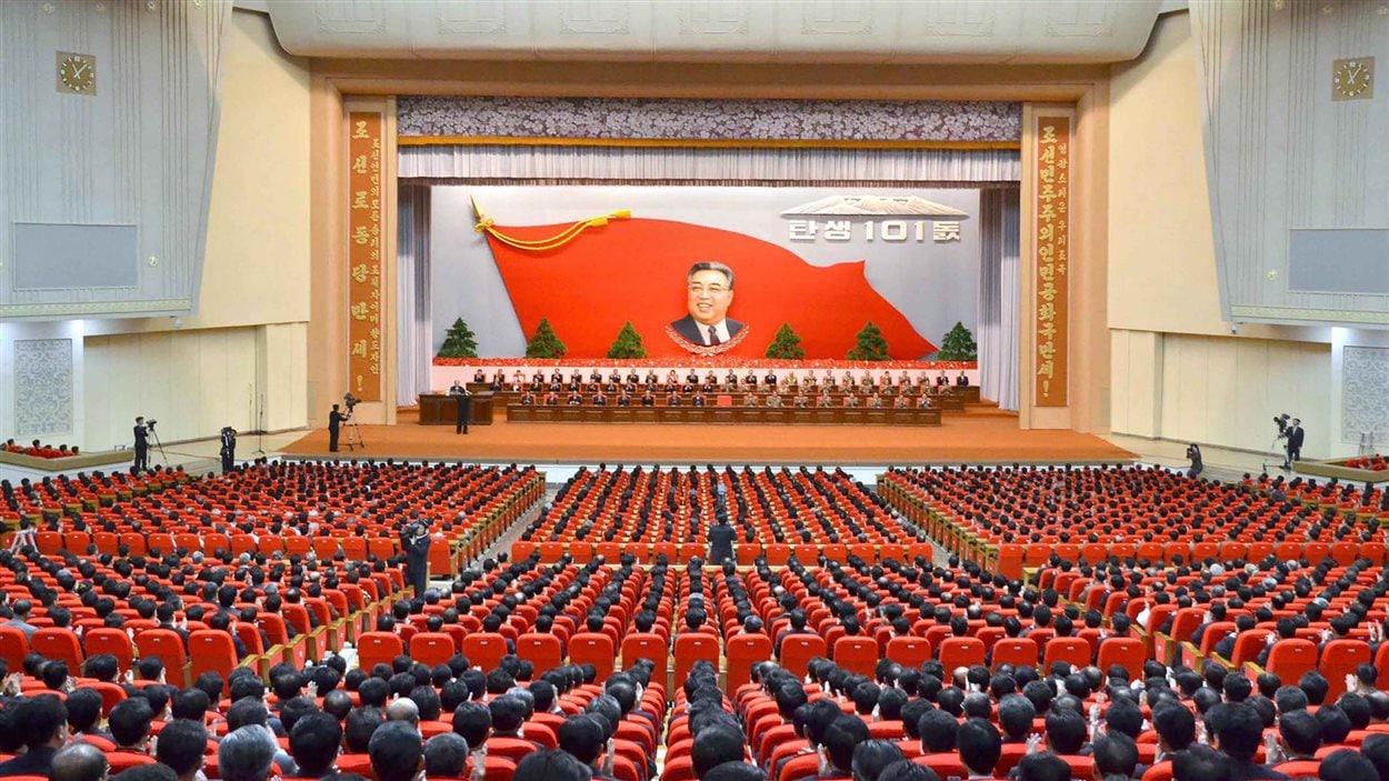 Cérémonie célébrant le 101e anniversaire de la naissance du fondateur de la Corée du Nord, Kim Il-sung.