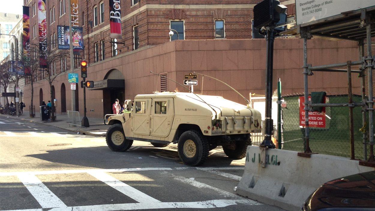 On note également la présence de militaires.