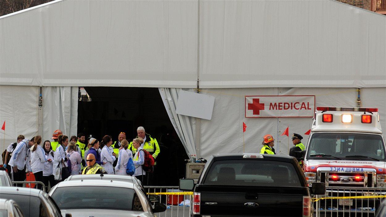 Du personnel médical attend les blessés pour leur prodiguer les premiers soins.