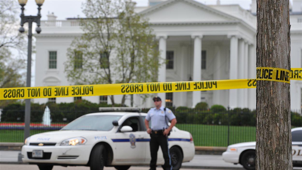 Des voitures de police et des agents ont été postés devant la Maison-Blanche, à Washington.