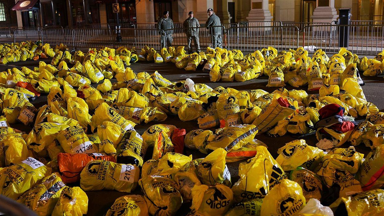 Ces sacs étaient prêts à être distribués aux coureurs finissant le marathon.