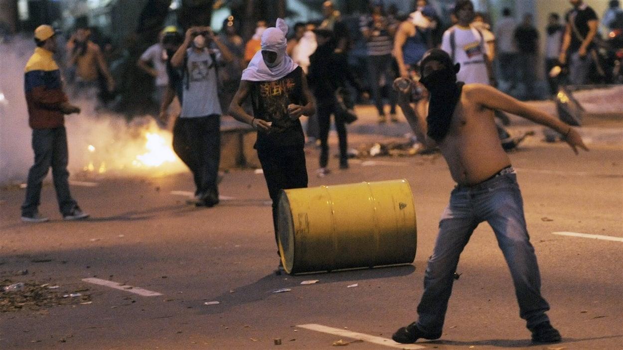 Des opposants au nouveau président Nicolas Maduro affrontent la police dans les rues de Caracas.