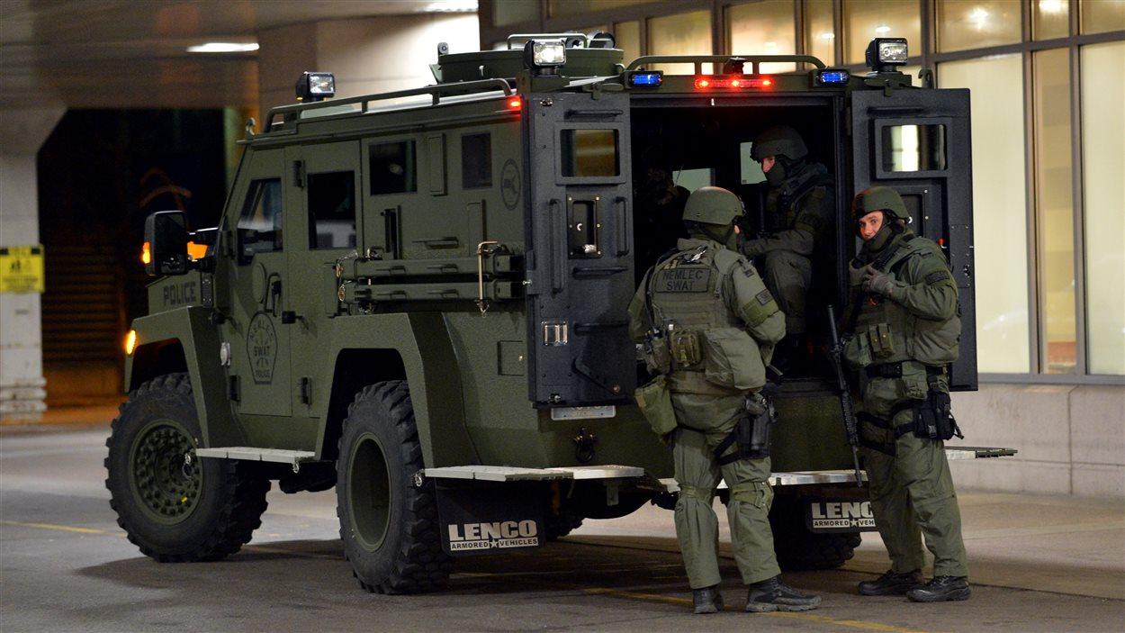 Des forces de l'ordre devant un hôpital de Boston