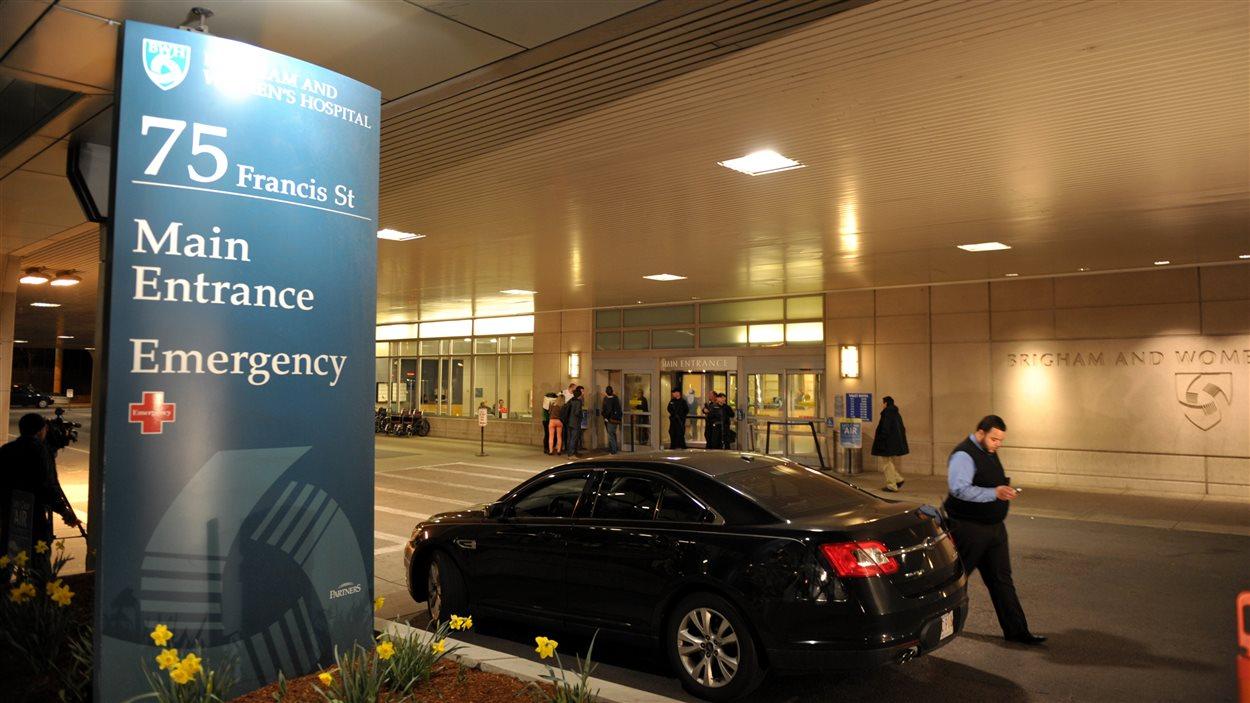 Devant l'entrée d'un des hôpitaux de Boston qui a accueilli de nombreux blessés