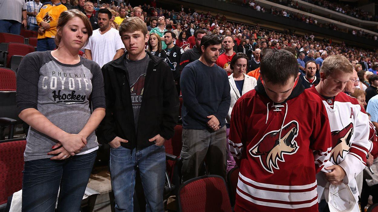 Une minute de silence en hommage aux victimes de Boston a été respectée par le public venu assister au match de hockey entre les Coyotes de Phoenix et les Sharks de San Jose.