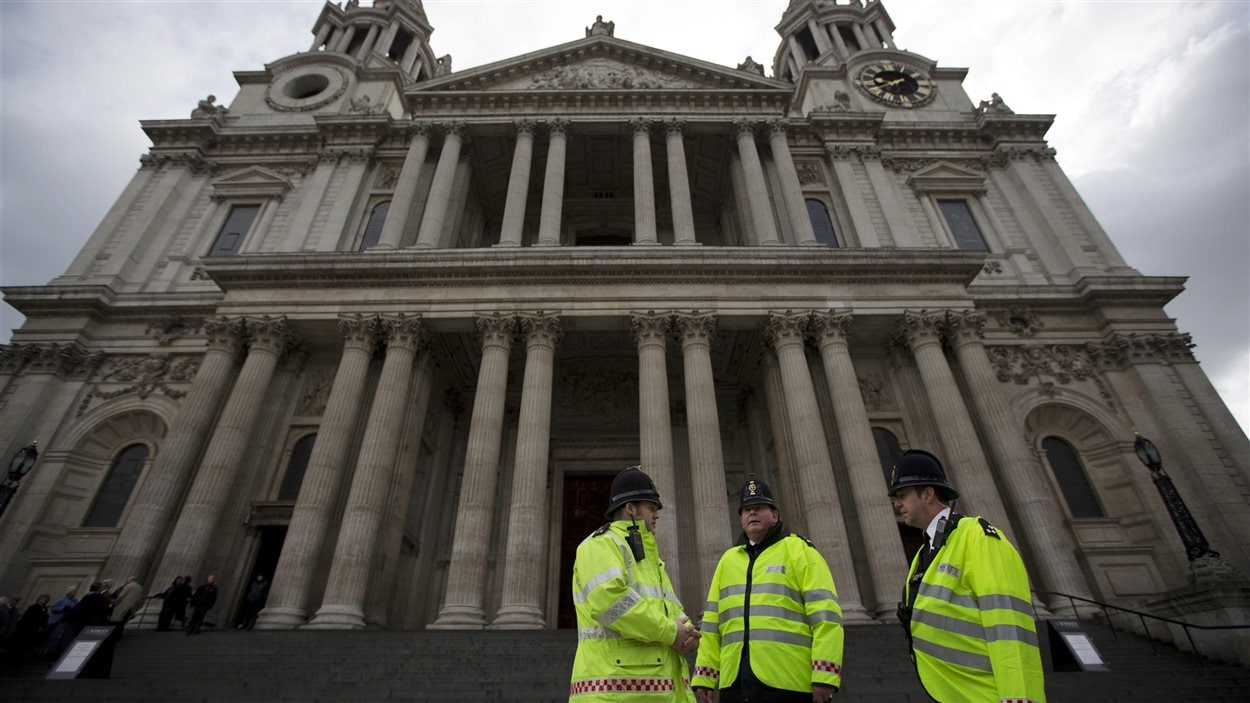 Des policiers britanniques montent la garde devant la cathédrale St Paul où doivent se dérouler les funérailles de Margaret Thatcher cette semaine.