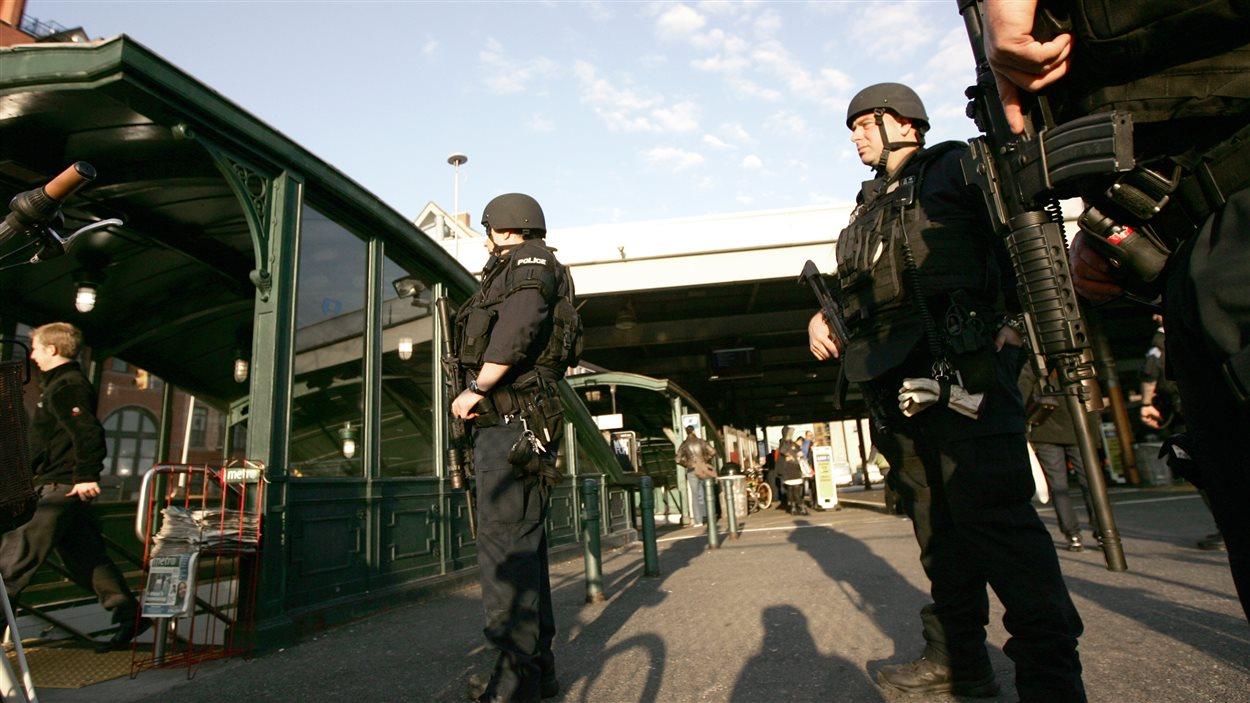 Des policiers lourdement armés montent la garde au terminal Hoboken, au New Jersey.