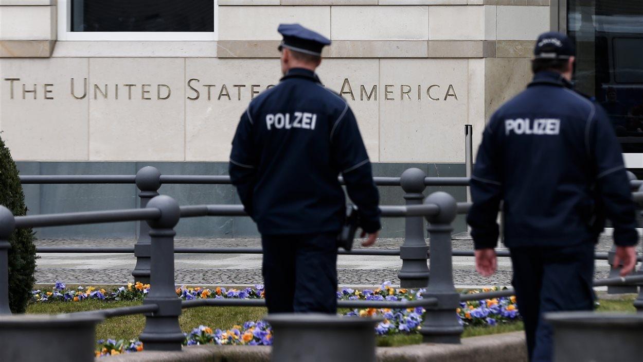Des agents de police allemands patrouillent aux abords de l'ambassade américaine à Berlin.