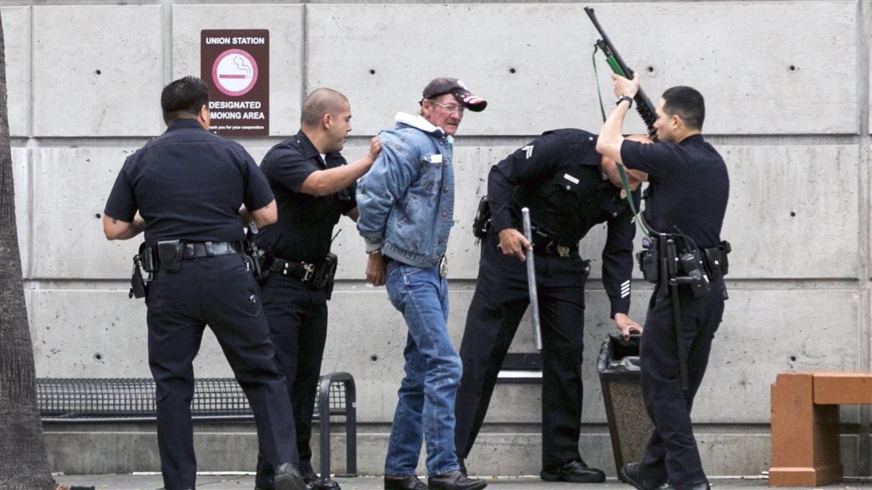 Des policiers de Los Angeles arrêtent un homme à la gare Union de Los Angeles dans le cadre d'un renforcement des mesures de sécurité dans les lieux publics.