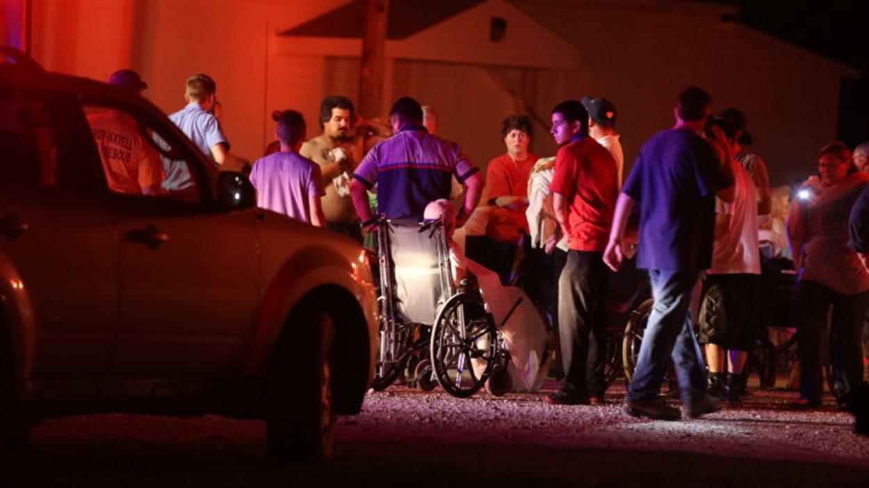 Les habitants de la région sont venus aider les personnes âgées et malades à évacuer les maisons voisines du site de l'explosion.