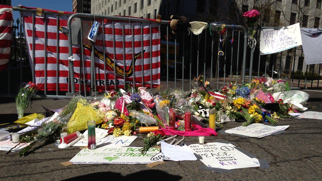 Des passants ont déposé des fleurs et des messages  rue Boylston.