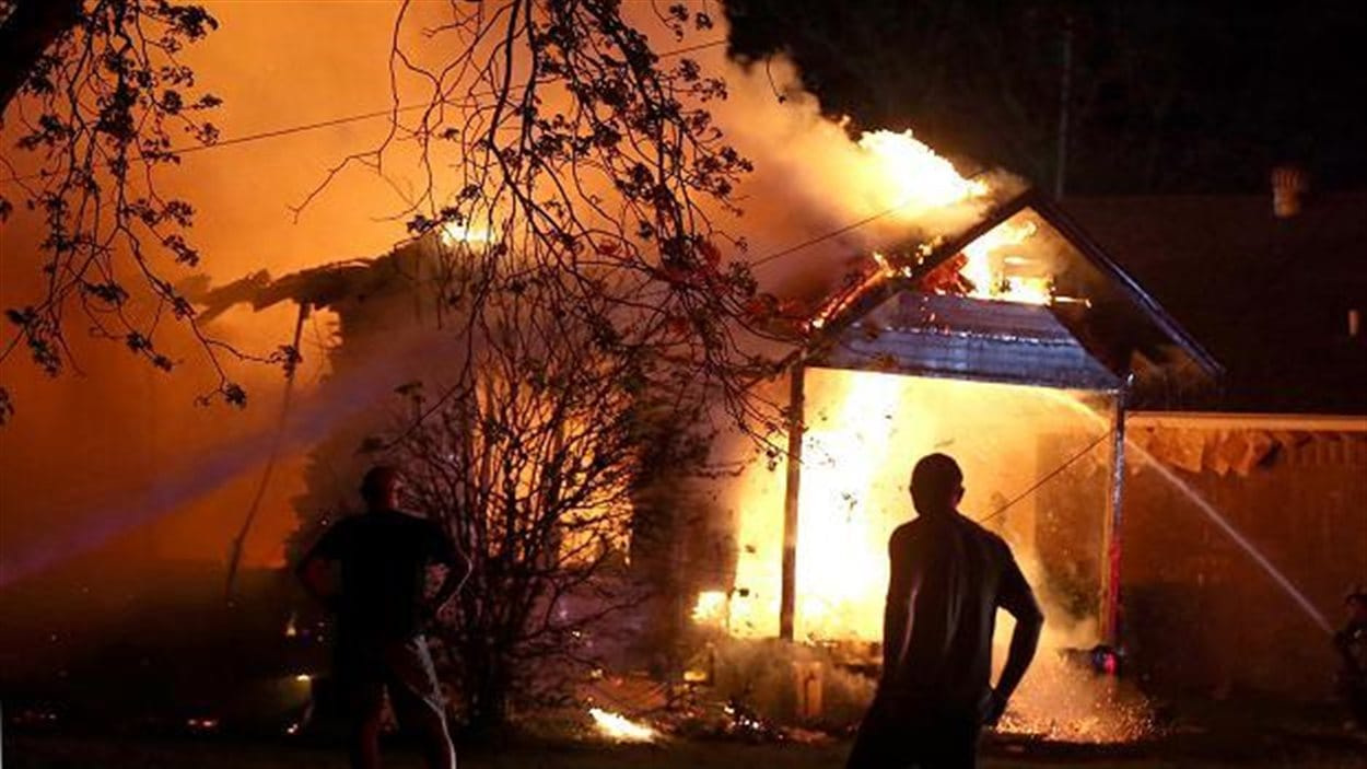 Le feu ravage une maison près du lieu des explosions dans l'usine de West, au Texas.