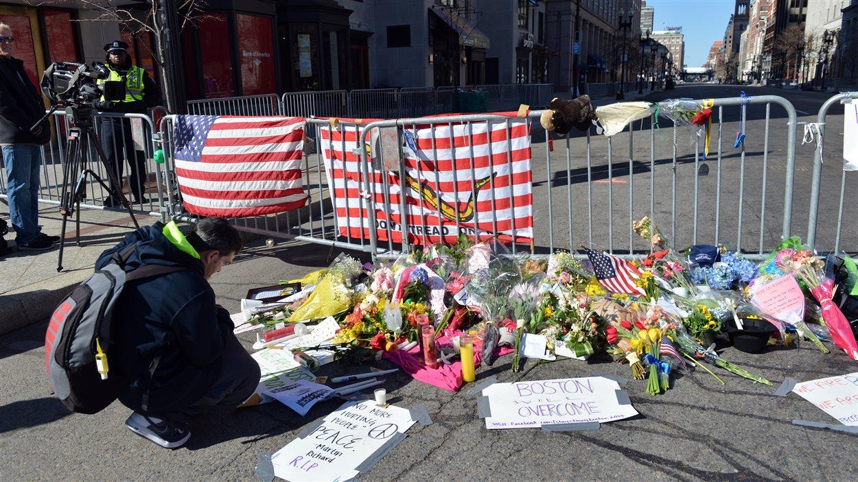 Beaucoup de Bostoniens viennent rendre hommage aux victimes.