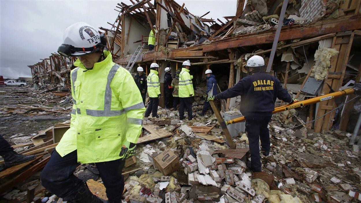 Des secouristes dans les décombres.