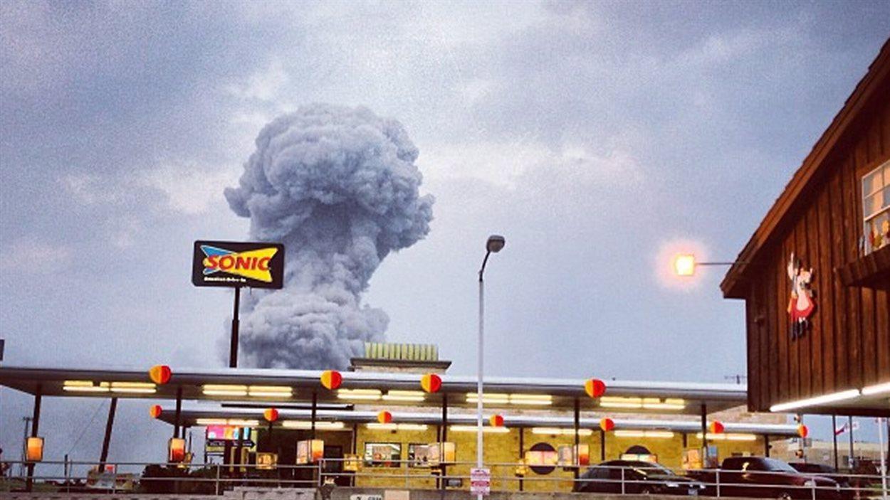 Une gigantesque colonne de fumée s'élève au-dessus de la ville de West, au Texas, après l'explosion d'une usine d'engrais chimiques.