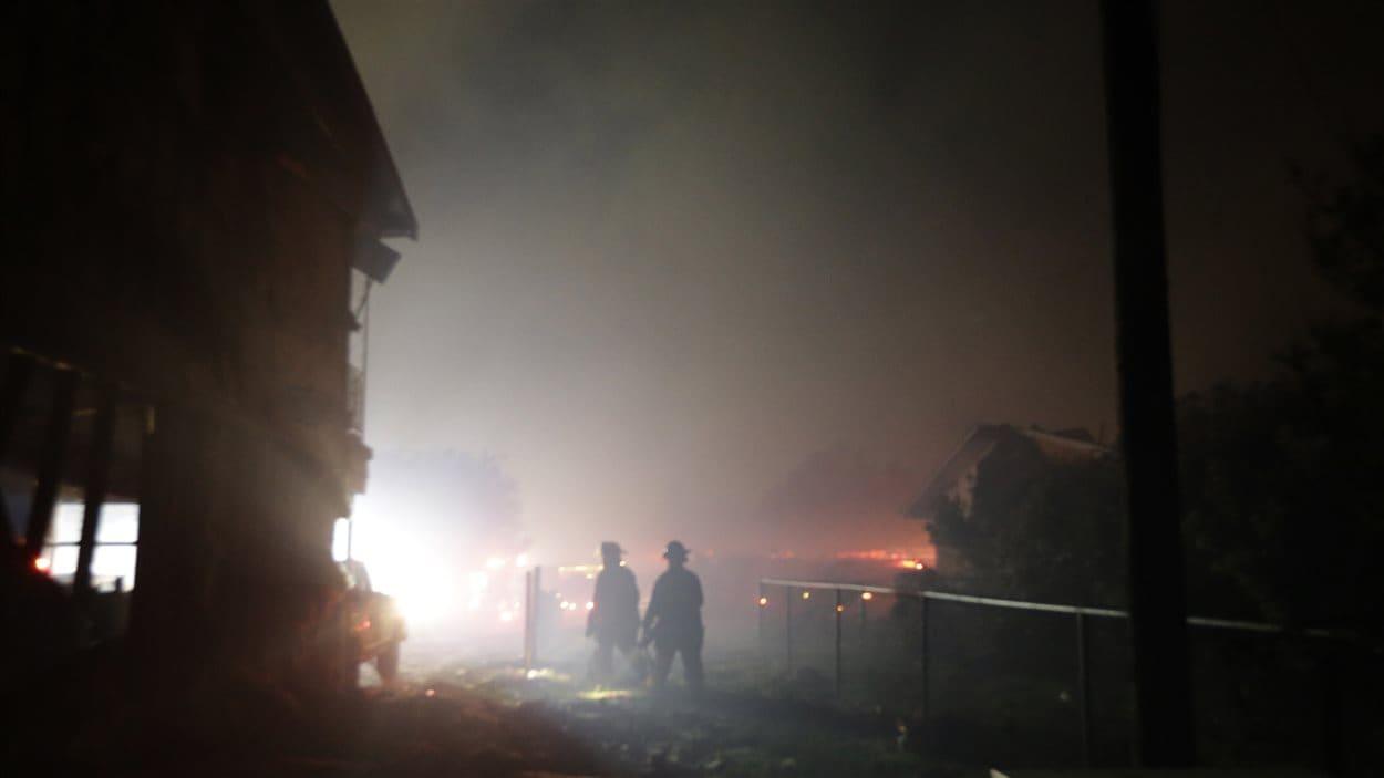 Des pompiers fouillent les décombres de maisons détruites par l'explosion dans un secteur résidentiel de West, au Texas.