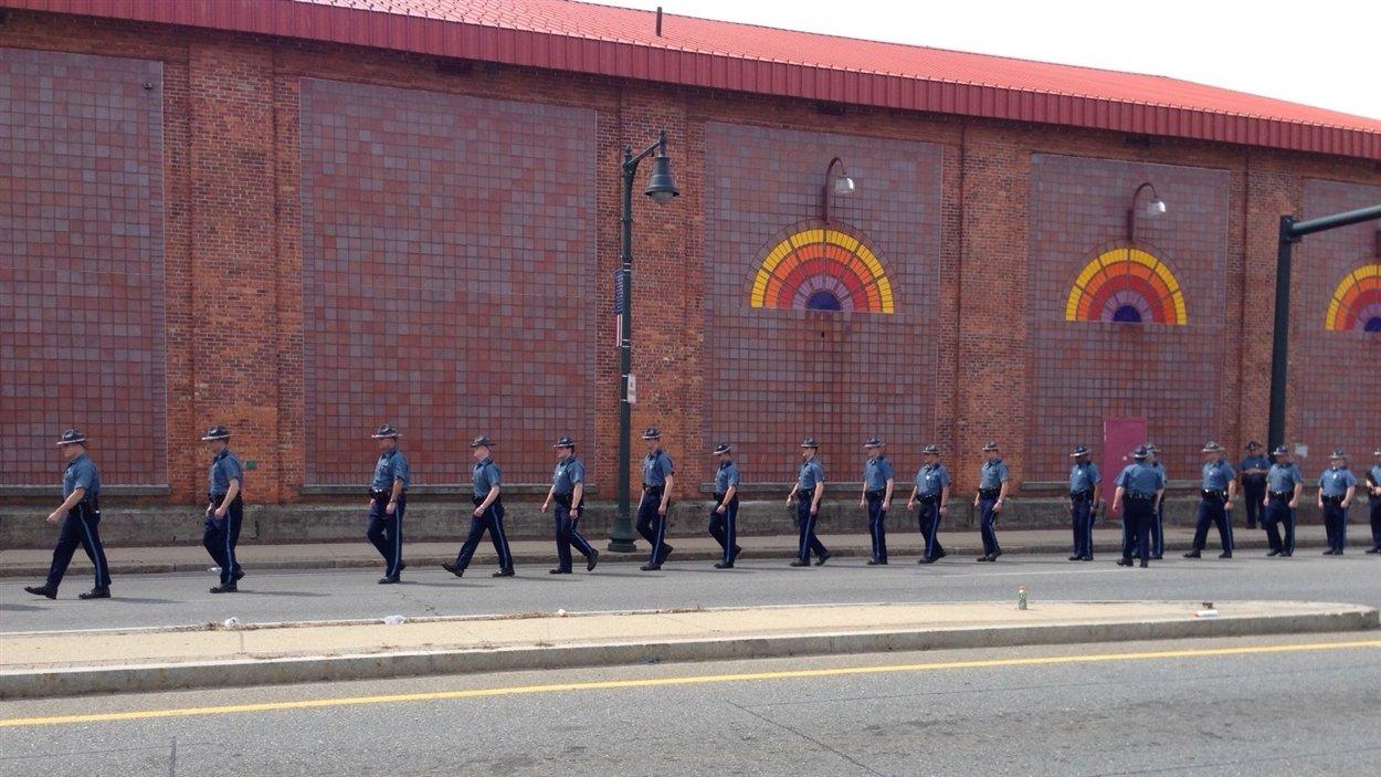 Des policiers de la sûreté de l'État à Watertown, où la police a longuement cherché les suspects.
