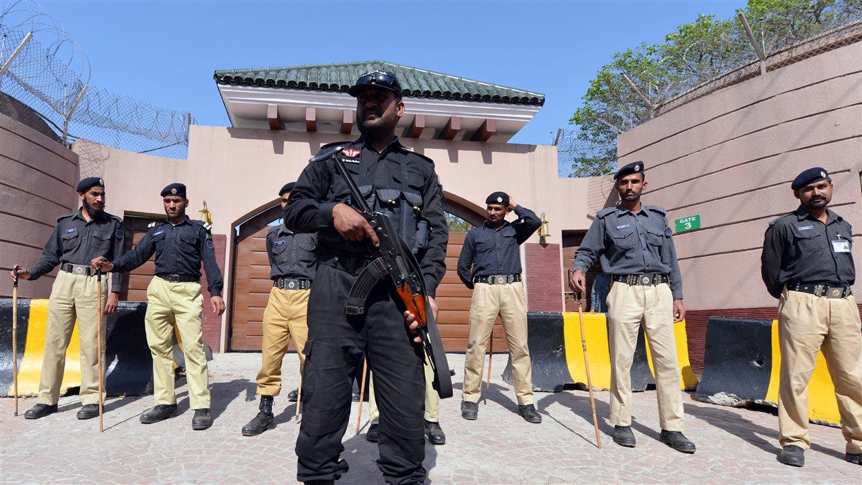 Des policiers à l'extérieur de la maison de l'ex-président pakistanais Pervez Musharraf