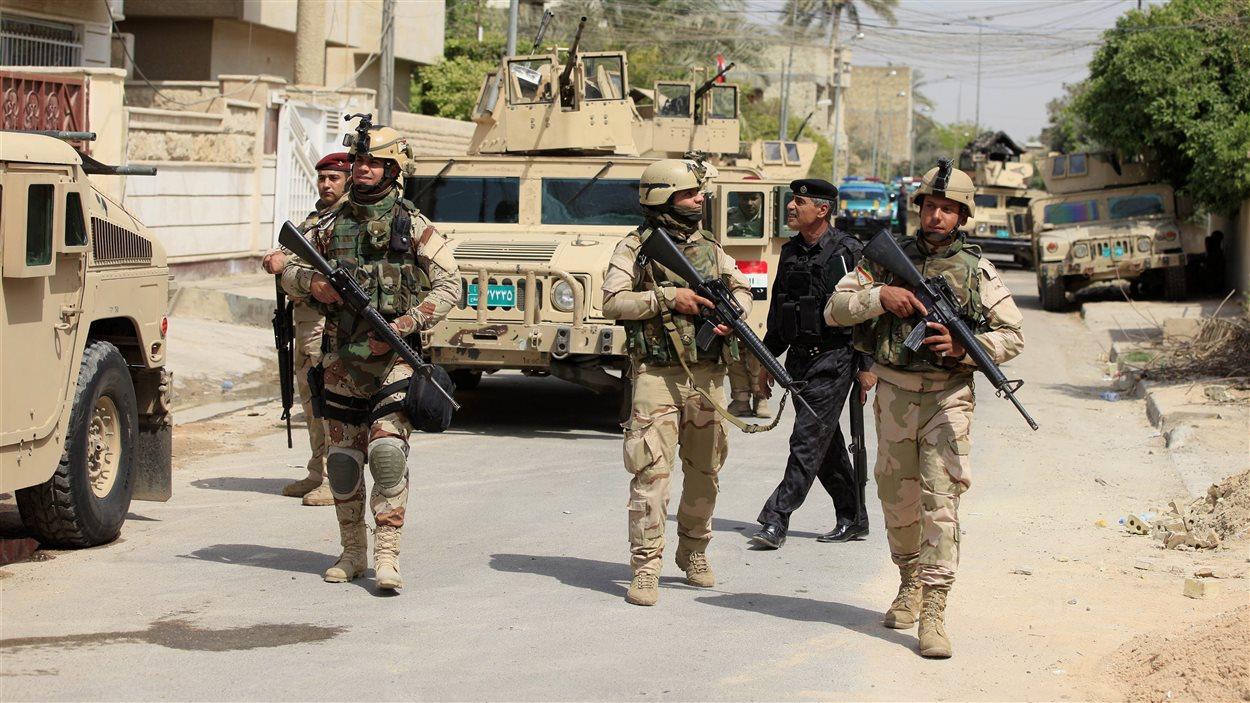 Des soldats irakiens patrouillent le quartier d'Adhamiya, à Bagdad, le 18 avril 2013.