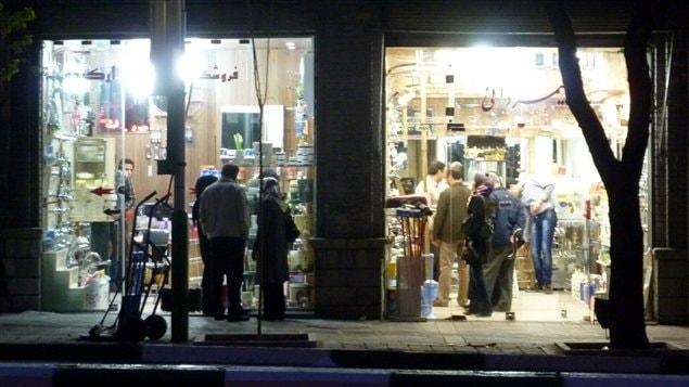 Des magasins de Téhéran le soir